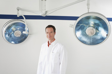 Deutschland,München,Arzt lächelnd,Porträt