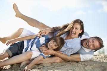 Deutschland , Niederbayern, Familien , die zusammen spielen , lächelnd