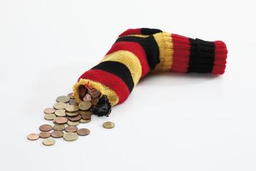 Münze,Münzenn in gestreiften Socken auf weißem Hintergrund