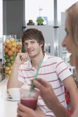 Deutschland,Köln,Zwei Personen im Café sitzen