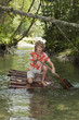 Junge auf Floß , Paddeln