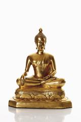 Statue des goldenen bhudda vor weißem Hintergrund