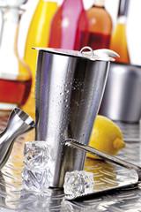 Cocktail shaker und Cocktail Utensilien