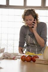 Ältere Frau in der Küche,mit Handy