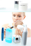 Kosmetyczne zakupy - kobieta czyta etykiety