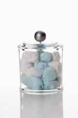 Cotton Bälle in Container auf weißem Hintergrund
