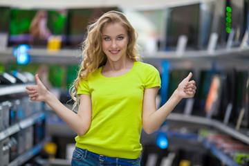 девушка в магазине электротехники