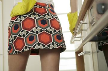 Frau trägt Mini-Rock und Gummihandschuhe,Mitte Abschnitt