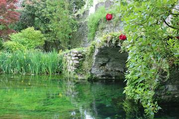 antiche rovine sul fiume del giardino di Ninfa (LT), Italia