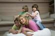 Familie im Wohnzimmer,die Kinder auf den Hals der Eltern sitzen,Lächeln,Portrait