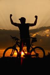 Deutschland , Niederbayern, Biker mit Fahrrad bei Sonnenuntergang