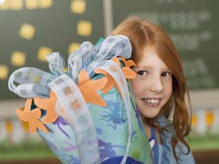 Mädchen hält schoolcone