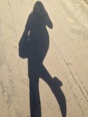 Тень девушки на асфальте