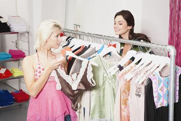 Zwei Frauen in Modegeschäft
