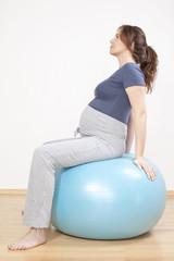 Porträt von eine schwangere Frau auf Gymnastikball , Portrait sitzend