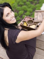 Frau mit Gewürz -Box,lächelnd,erhöhte Ansicht