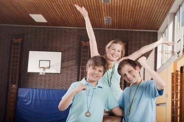 Deutschland,Emmering,Mädchen (12-13) und Jungen (12-14) lächelnd,Porträt