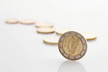 Irish -und Euro- Münze,Münzenn auf weißem Hintergrund