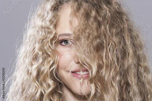 canvas print picture Mädchen mit dem unordentlichen Haar,lächelnd