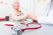 Leinwanddruck Bild - Stethoskop auf Arztpraxis Schreibtisch
