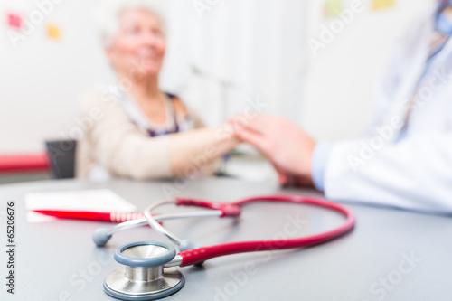 Leinwanddruck Bild Stethoskop auf Arztpraxis Schreibtisch
