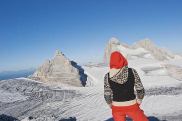 Österreich, Dachstein, Junge Frau, stehend auf Berg , Rückansicht