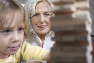 Großmutter spielen mit Enkel ( 8-9),Portrait