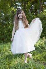 Mädchen (8-9) in der Wiese Hebe Kleid, lächelnd , close-up