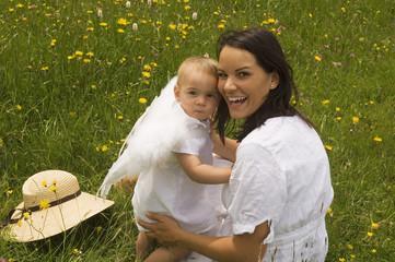Mutter mit Baby ( 2-3) in der Wiese , Engelsflügeln