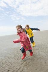 Deutschland,St. Peter-Ording,Nordsee,Kinder ( 6-9) auf Strand