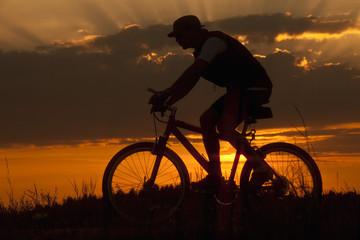 Deutschland , Niederbayern, Biker Radfahren Fahrrad bei Sonnenuntergang