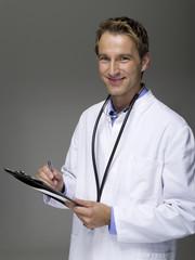 Männliche Arzt schriftlich auf Diagramm,Portrait