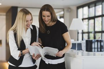 Zwei Frauen im Amt,die Dokumente