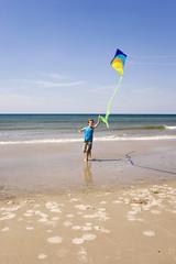 Deutschland,Ostsee,Junge (8-9) Drachen am Strand