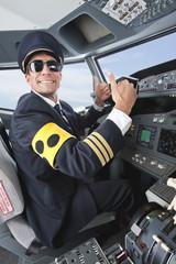 Deutschland,Bayern,München,Pilot mit Armbinde für Blinde Pilotierung Flugzeug von Flugzeug-Cockpit