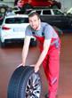 Reifenwechsel durch Mechaniker in Werkstatt