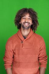 lächelnde mann vor grüner wand