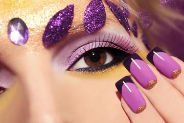 Сиреневый макияж и ногти.