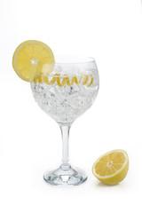 Gin tonic con piel de limón aislado sobre fondo blanco