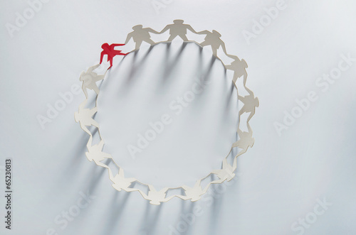 Leader businesswoman standing out in paper chain