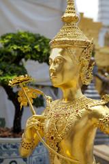 Primo piano di una statua dorata del Palazzo Reale, bangkok