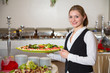 Catering Service Angestellte hält ein Tablett mit Mozzarella - 65234218