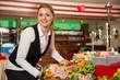 Catering Service Angestellte bereitet ein Buffet vor - 65234238
