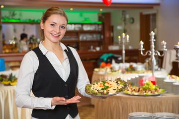 Catering Service Angestellte posiert mit einem Tablett
