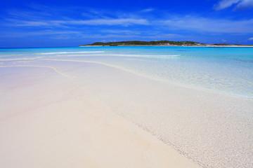 沖縄の美しい海と夏空