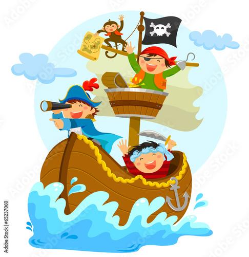 gluckliche-piraten-segeln-in-ihrem-schiff