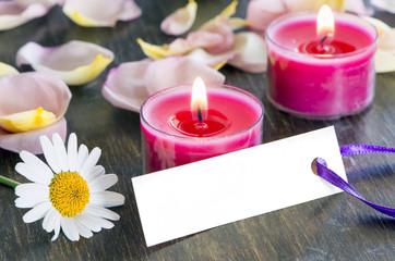 Grusskärtchen mit Kerzen und Blütenblättern