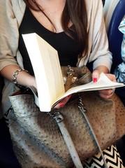 Donna che legge in viaggio