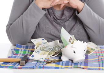Notgroschen aus dem Sparschwein: Geld Konzept Rentner