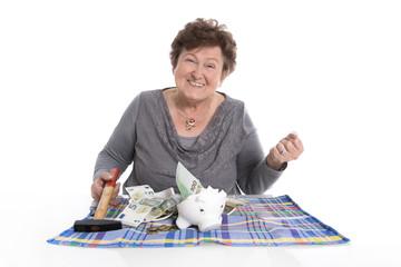 Oma freut sich über Bargeld von der Spardose